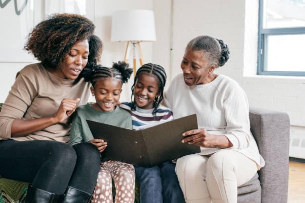 familie tradities - senior fotoboek stockfoto's en -beelden