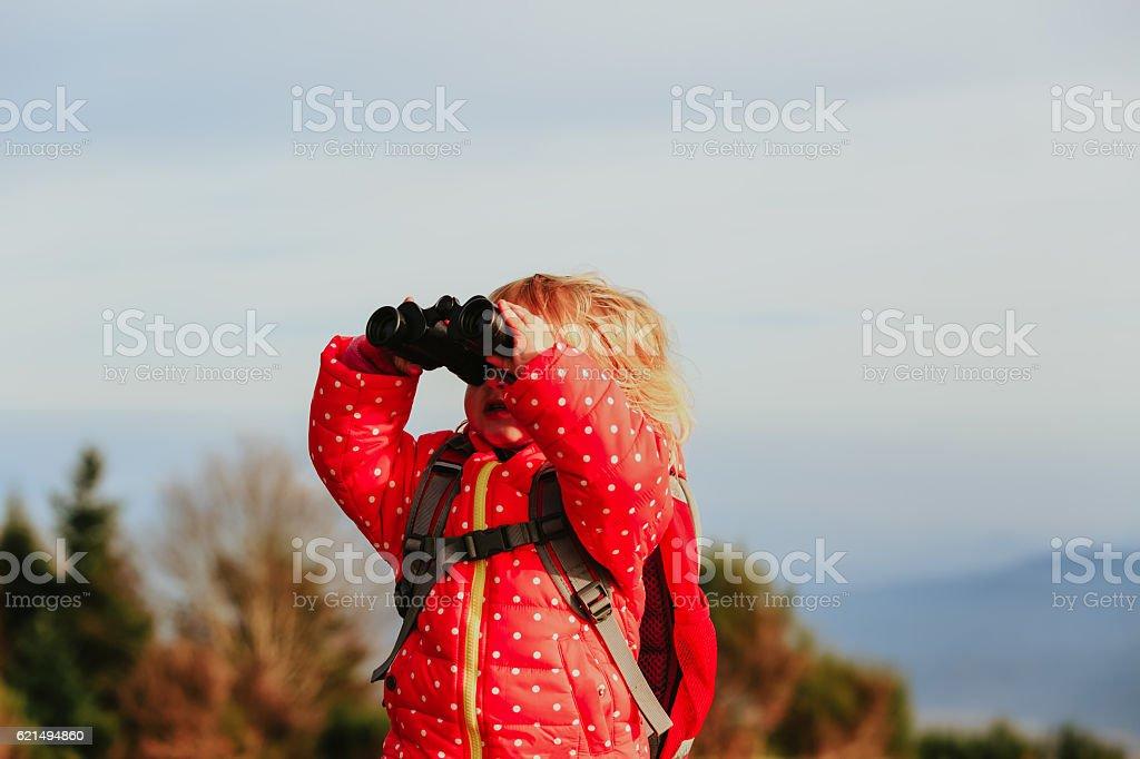 family travel- little girl with binoculars exploring nature Lizenzfreies stock-foto