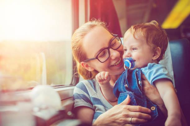 familie, reisen mit dem zug - bahn reisen stock-fotos und bilder