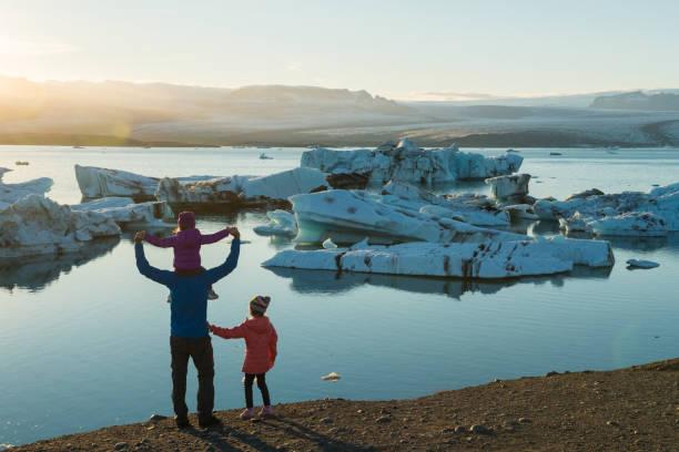famille de voyager en islande - nuage 6 photos et images de collection