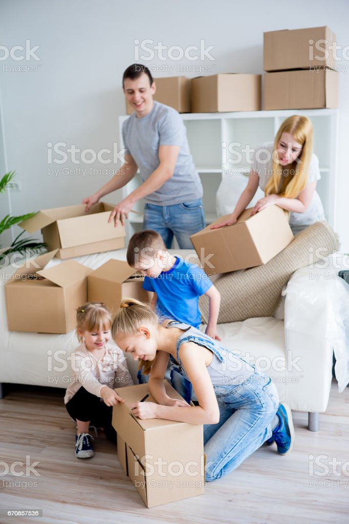 Family unpacking boxes – Foto