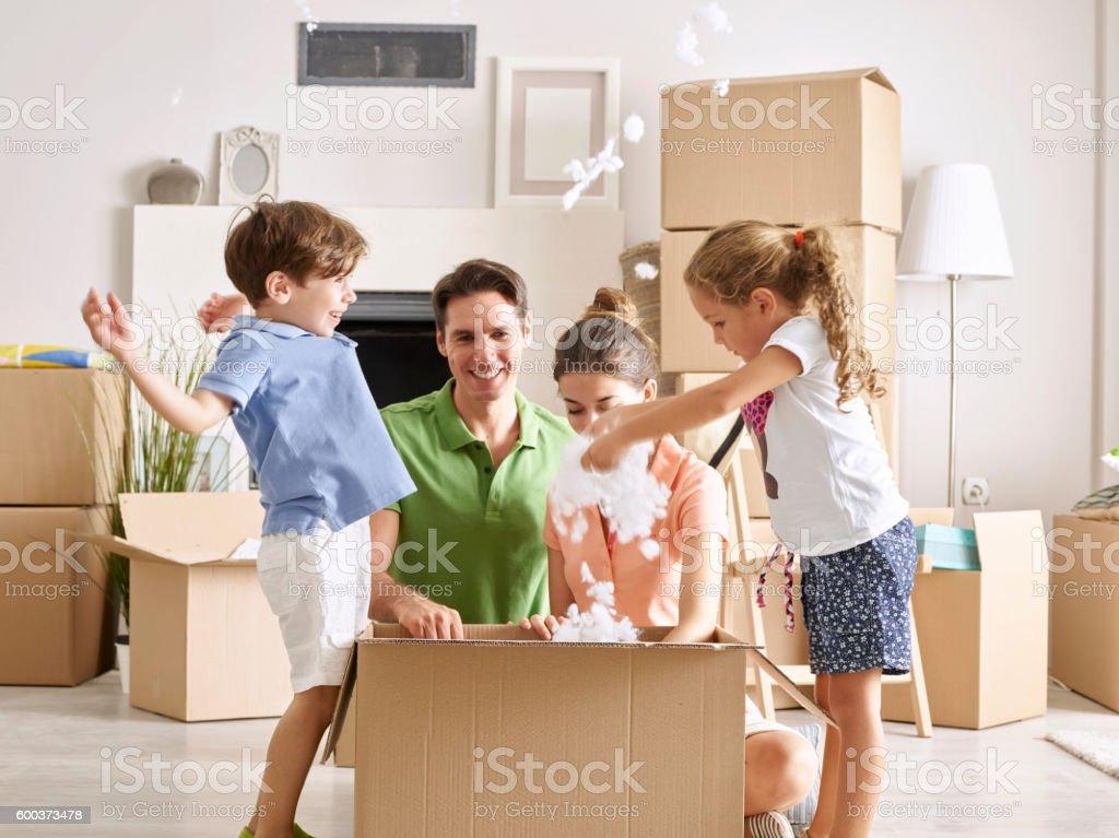 Familie Auspacken Pappkarton – Foto
