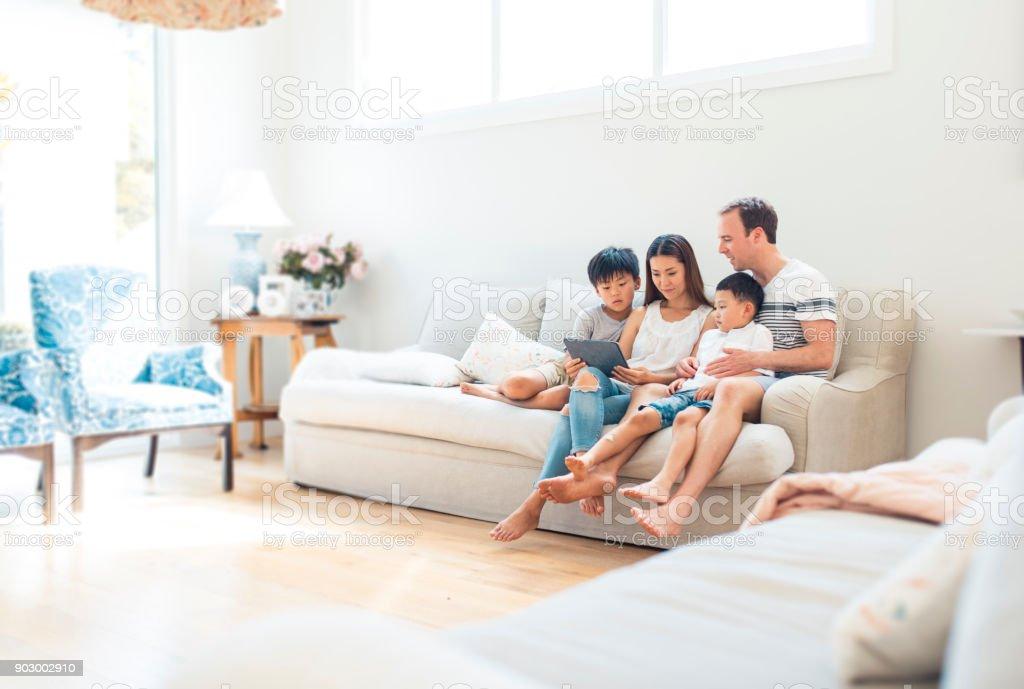 Familie mit Hilfe von digital-Tablette im Wohnzimmer – Foto