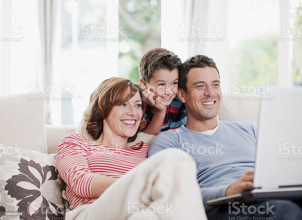 Rodziny za pomocą laptopa razem na kanapie — – zdjęcie