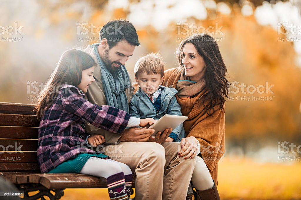 Familia con panel táctil en otoño. foto de stock libre de derechos