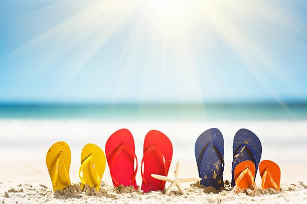 familien-urlaub-zeit: sandalen, sonne, meer und ist den sommer! - salzwasser sandalen stock-fotos und bilder