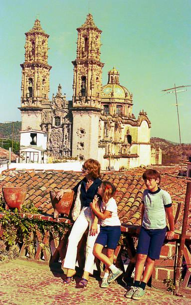 family vintage visit to taxco, mexico - viagens anos 70 imagens e fotografias de stock