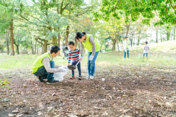 公共公園をボランティアする家族 - disabilitycollection ストックフォトと画像
