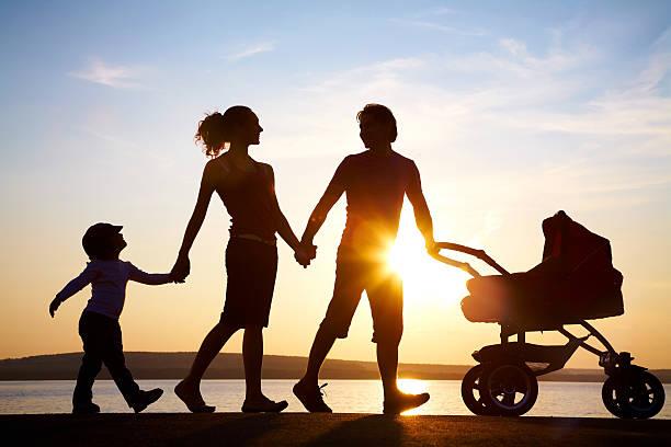 Familie Spaziergang bei Sonnenuntergang – Foto