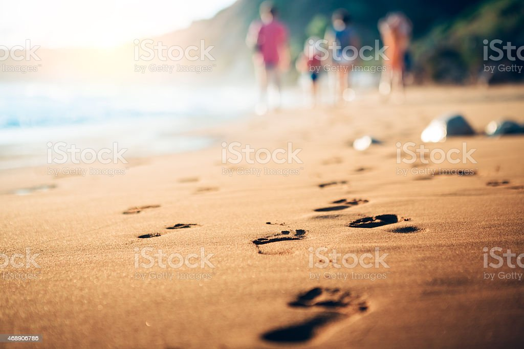 Family Walking Home From The Sandy Beach At Evening Sunlight​​​ foto