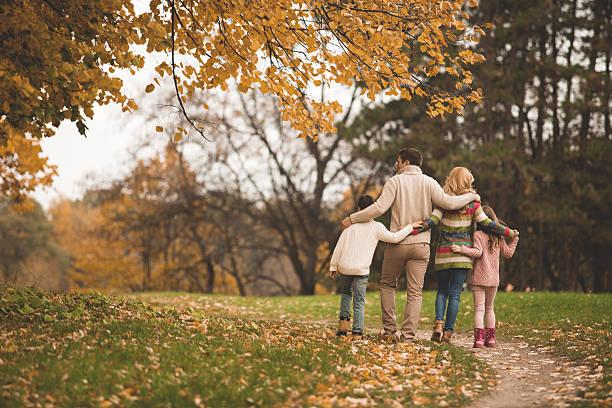 familie gehen im park - happy trails stock-fotos und bilder
