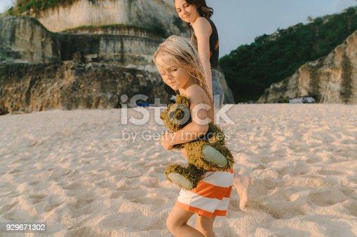 929671306 istock photo Family  walking on the beach in Bali 929671302