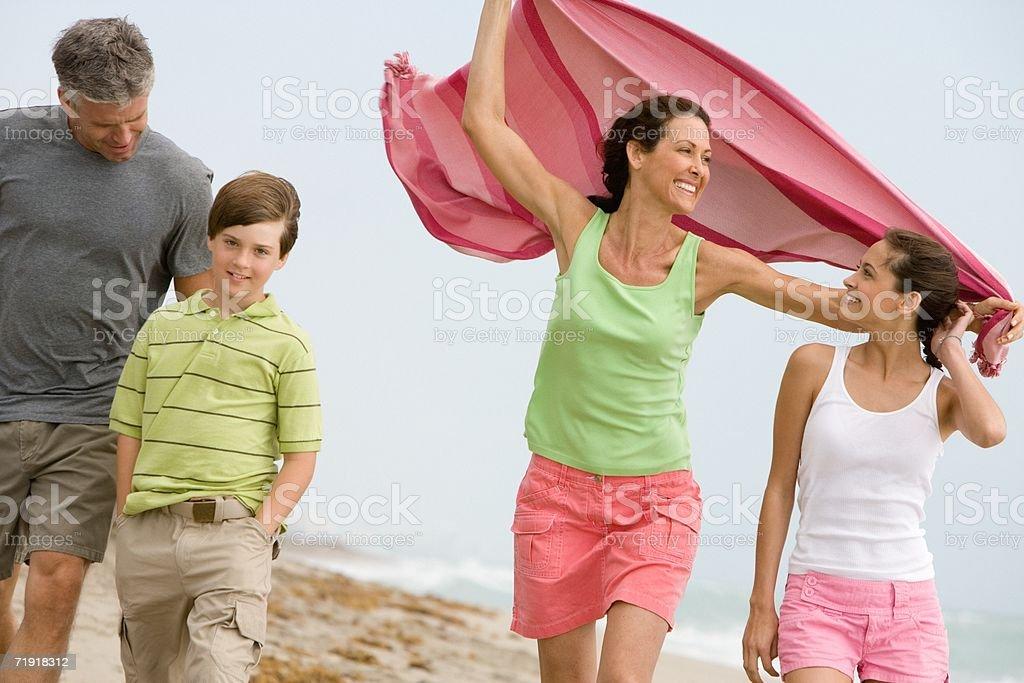 Familia caminando por la playa foto de stock libre de derechos