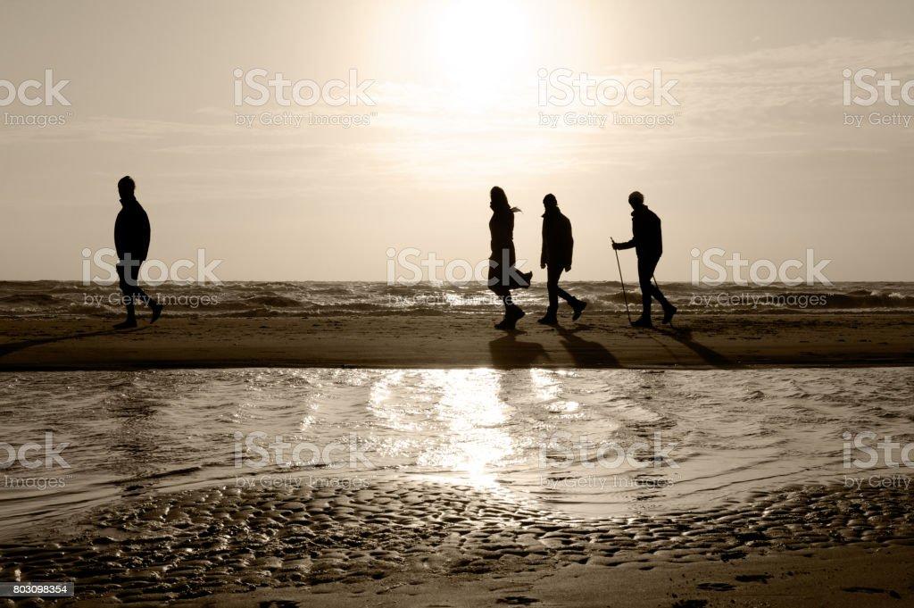 Familie am Strand, Sonnenuntergang – Foto