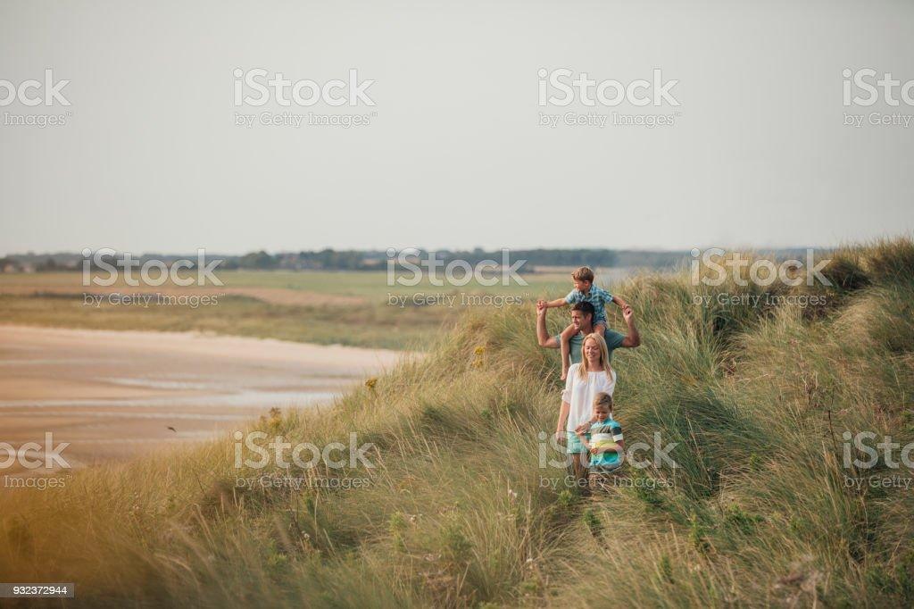 Familie Wandern durch die Sanddünen – Foto