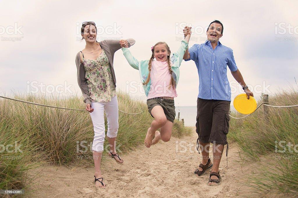 Famille marcher ensemble sur la plage - Photo