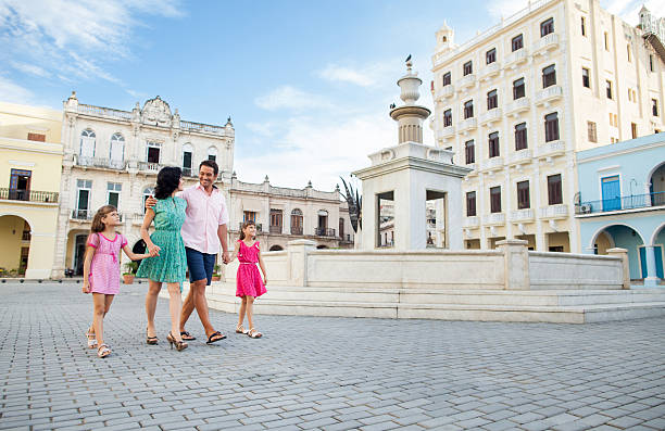 familie gehen zusammen in der innenstadt von havanna - urlaub in kuba stock-fotos und bilder
