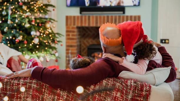 familie weihnachten fernsehen - weihnachten 7 jährige stock-fotos und bilder