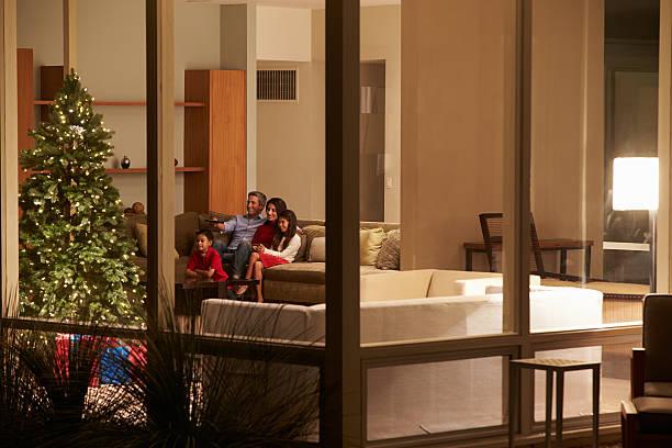 weihnachten familie watching tv zu hause sie von außerhalb - kids tv zimmer stock-fotos und bilder