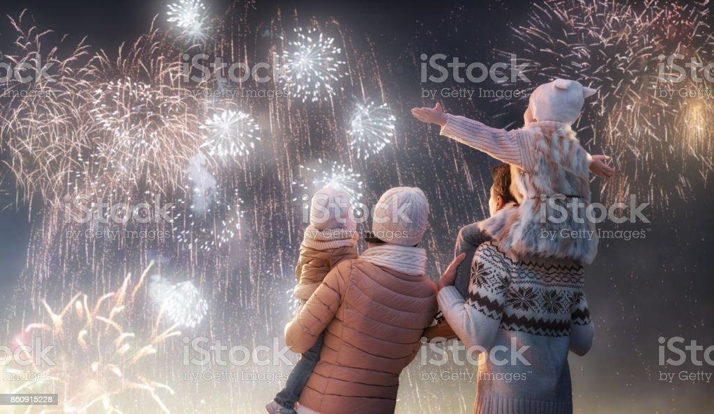 家族花火を見て ロイヤリティフリーストックフォト
