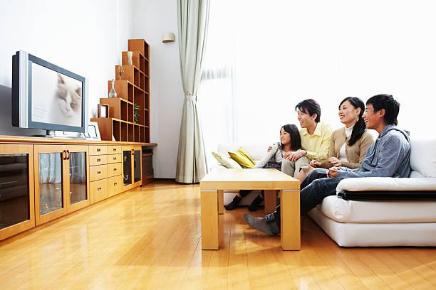 família assistir tv - tv e familia e ecrã imagens e fotografias de stock