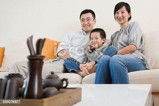 1134439364 istock photo Family watching tv 535028927