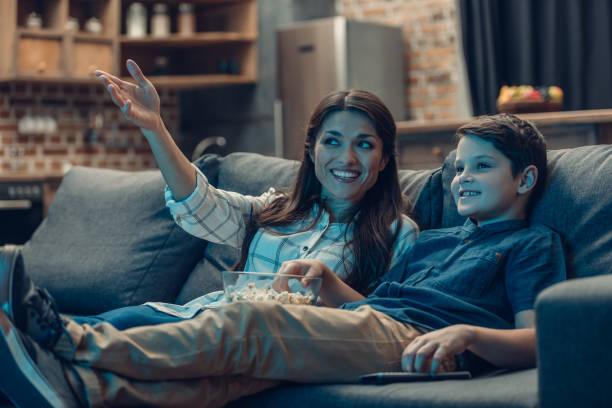 familia viendo televisión - family watching tv fotografías e imágenes de stock