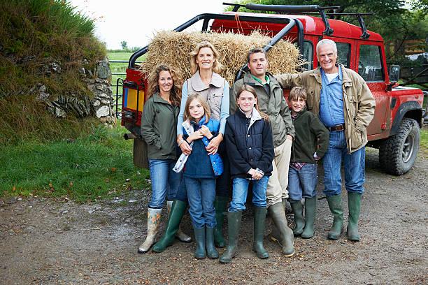 familie mit 4 x 4 landrover - damenschuhe 44 stock-fotos und bilder