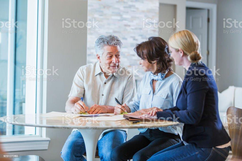 Familie mit Erwachsener Tochter arbeiten über persönliche Finanzen – Foto