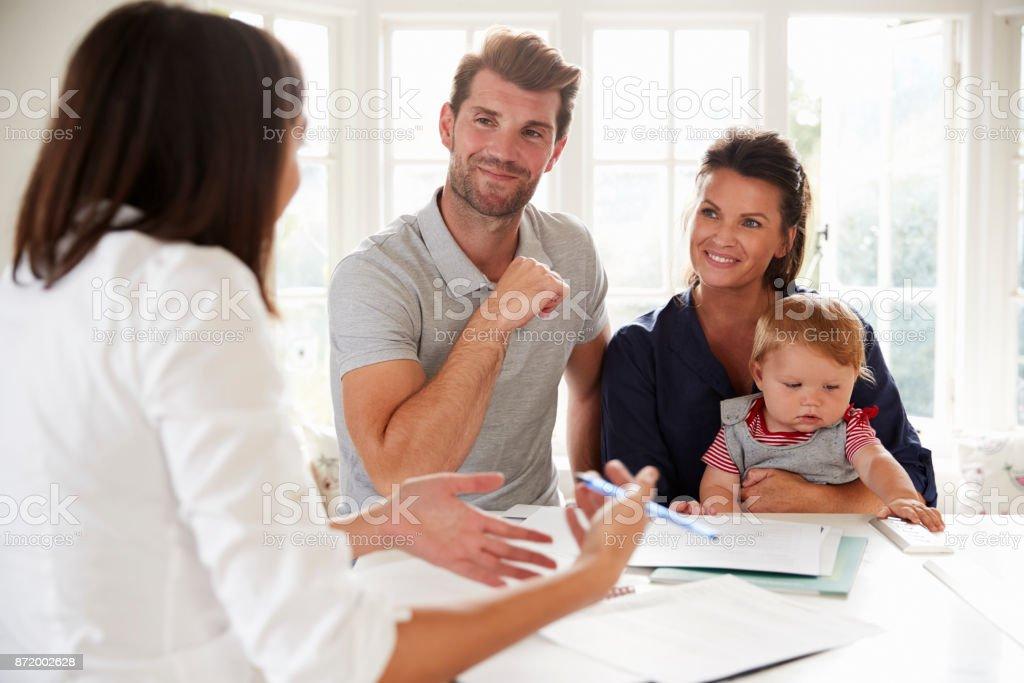 Familie mit Baby treffen Finanzberater zu Hause – Foto