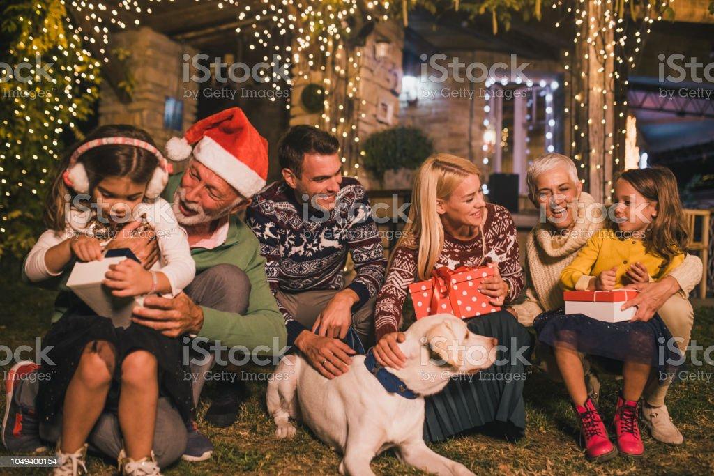 Gezin met kinderen en een hond die uitgaven Kerstmis buitenshuis foto