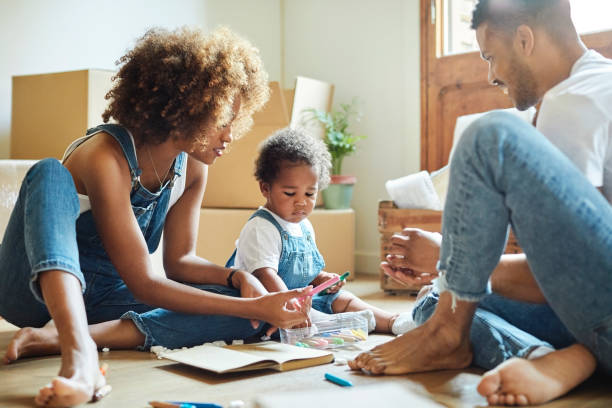familie mit farbstiften im neuen haus - neue wohnung stock-fotos und bilder