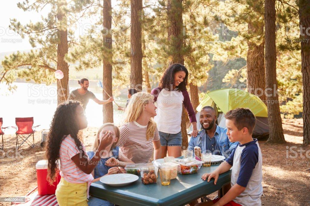 Familia con campo de amigos por el lago en excursiones de aventura en el bosque foto de stock libre de derechos