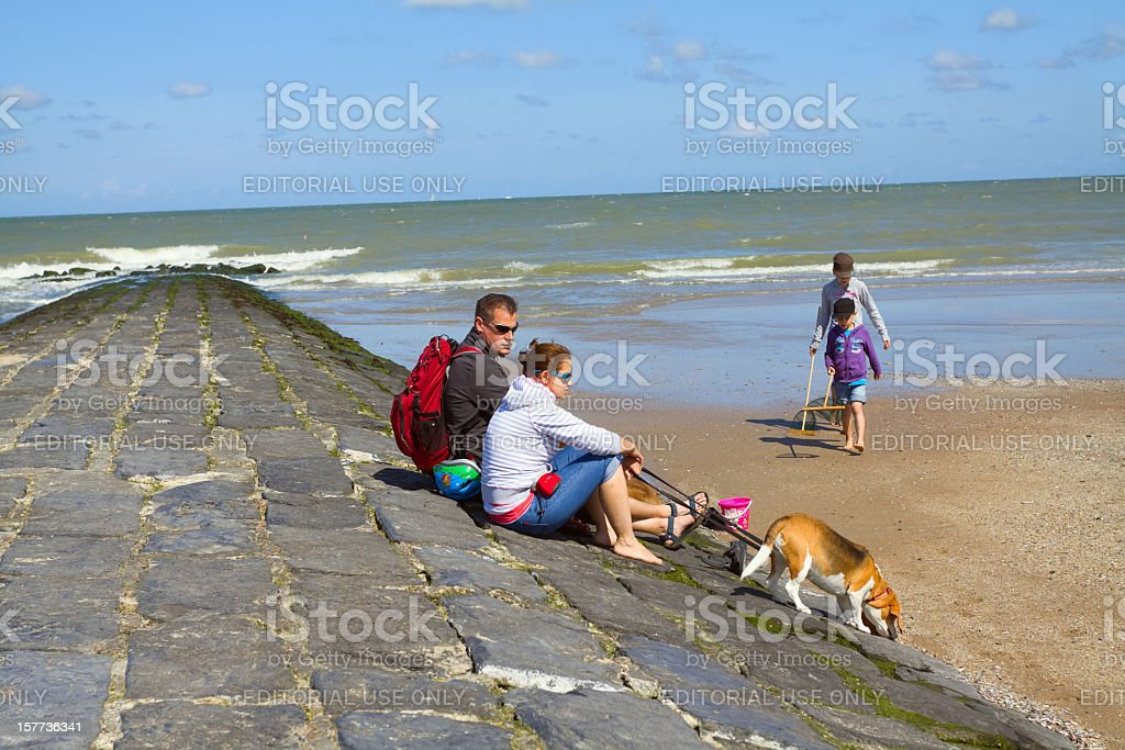 Family with hound at Belgian North Sea​​​ foto