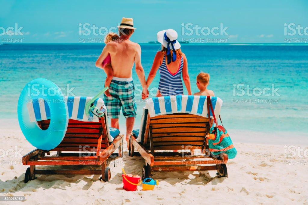 ビーチでの休暇に子供連れのご家族 ストックフォト