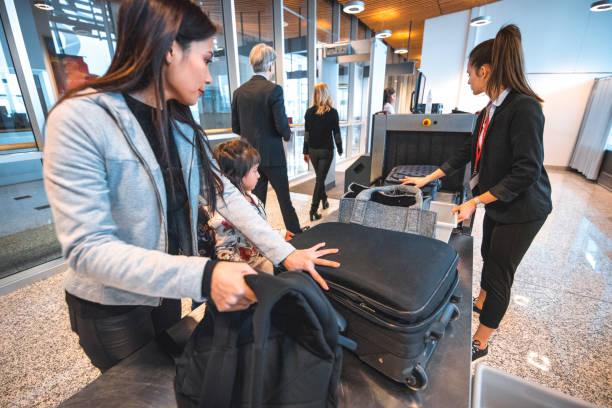 Familie mit Gepäck bei der Sicherheitskontrolle zu überprüfen – Foto