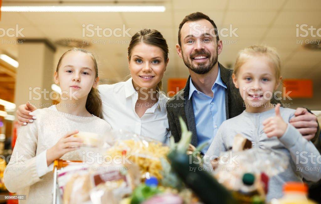 Familia con compras en el supermercado - Foto de stock de Adulto libre de derechos