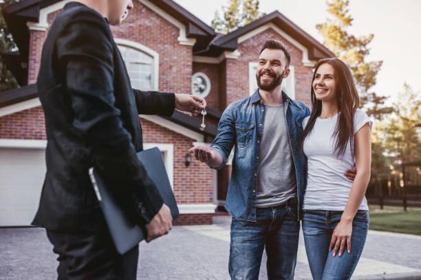 familie mit verkäufer - immobilienmakler stock-fotos und bilder