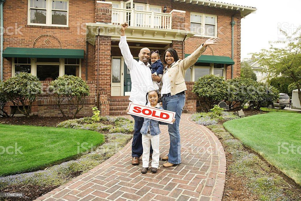 Família com vendido casa - foto de acervo