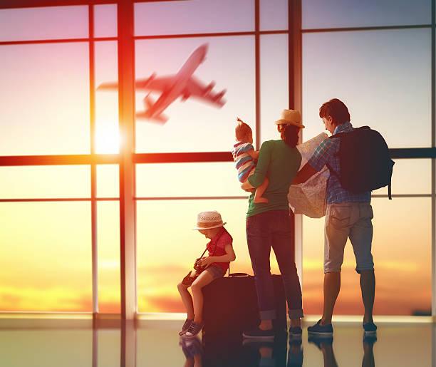 familia con maletas - viajes familiares fotografías e imágenes de stock