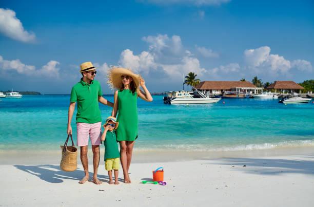 Familie mit dreijährigem Jungen am Strand – Foto