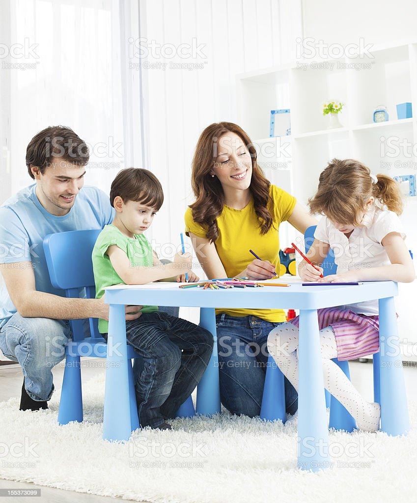 Familia Con Dos Hijos Libro Para Colorear Y Dibujo Foto De Stock Y