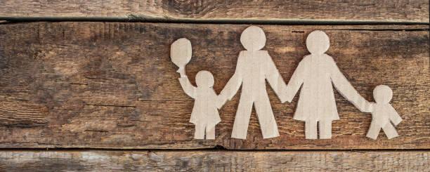 Família com duas crianças - foto de acervo
