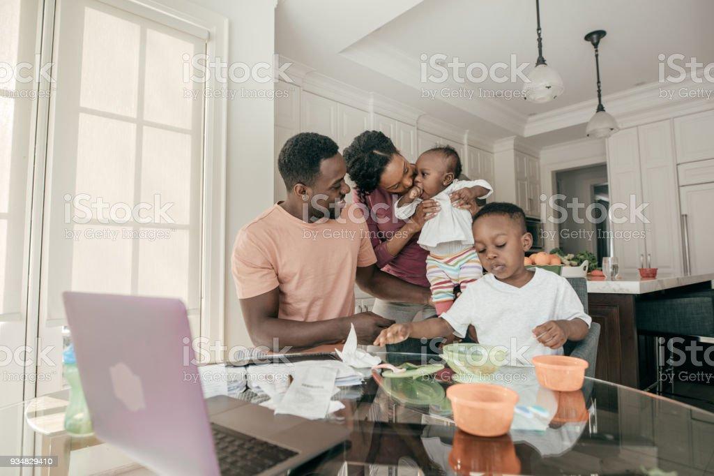부엌에서 두 아이 가진 가족 - 로열티 프리 25-29세 스톡 사진