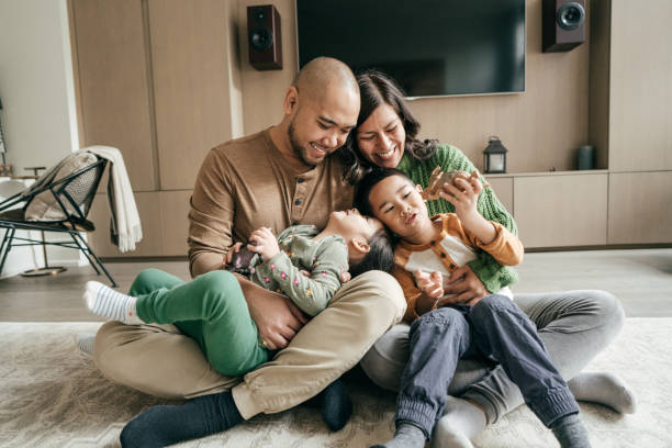 famiglia con due bambini - family foto e immagini stock