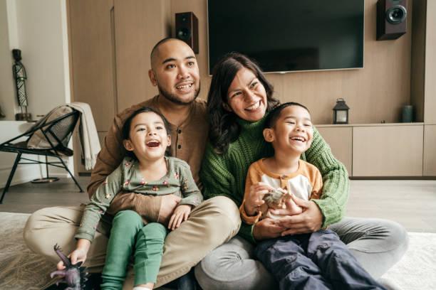 두 아이가있는 가족 스톡 사진