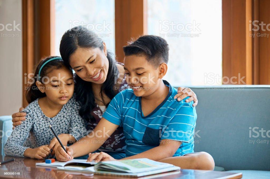 Familie am Schulprojekt zu Hause arbeiten – Foto