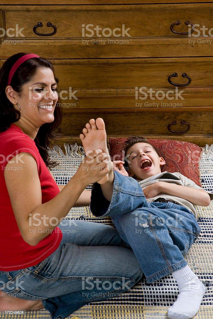 Famigliamadre e figlio di solletico piedi fotografie for Piani di casa di 1250 piedi quadrati