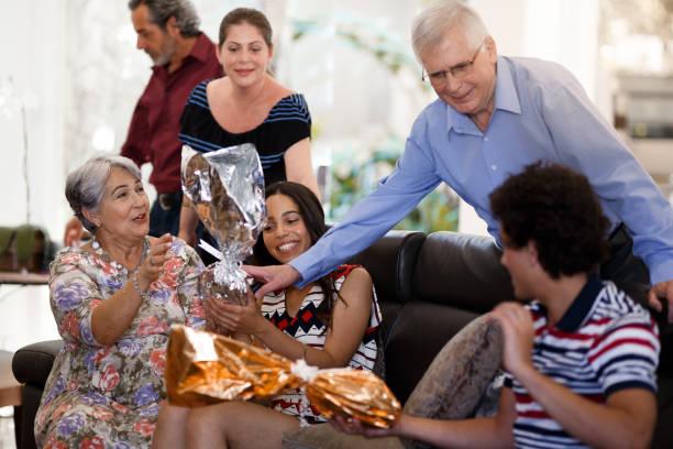 família comemorando um se - familia pascoa - fotografias e filmes do acervo
