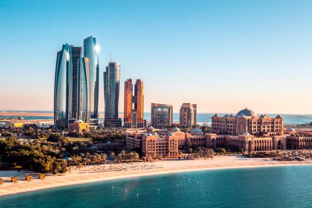 Berühmte Wolkenkratzer von Abu Dhabi, die von einem Hubschrauber über einem Stadtzentrum erfasst wurden – Foto
